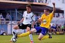 Tomáš Krejza (ve žlutém) se na hřišti v benešovském dresu vyznačuje velkou bojovností. V prozatímní divizní sezoně  má kuriózní bilanci –  tři zápasy, tři branky a tři žluté karty.
