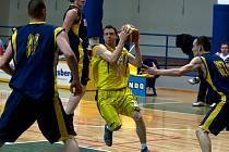 Nejlepší hráč a střelec zápasu s béčkem Opavy, benešovský mladík Lukáš Feštr (ve žlutém), pronikal hostující obranou.
