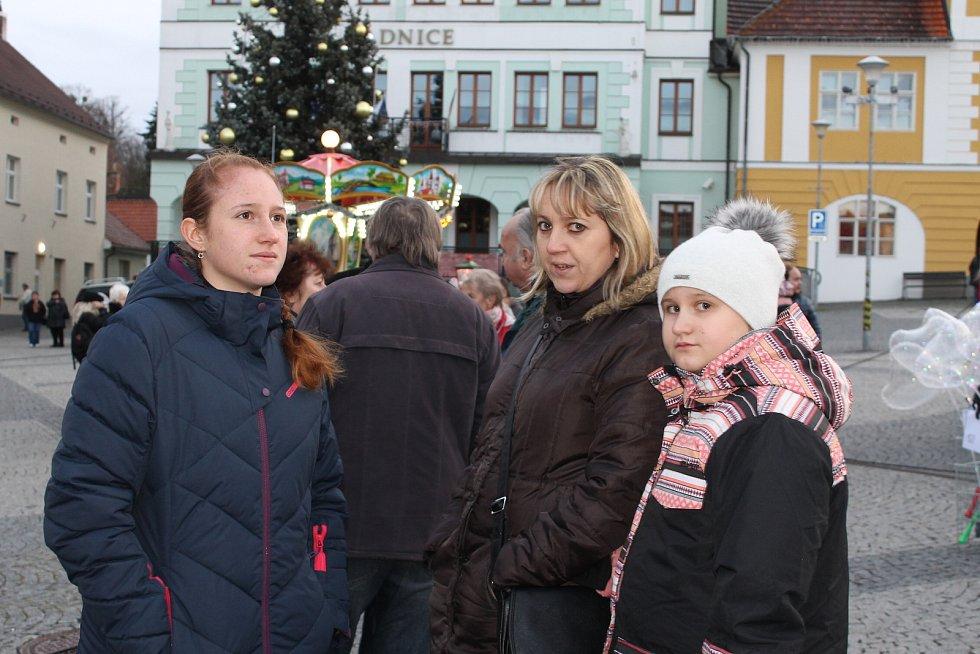Z rozsvícení vánočního stromu ve Voticích.