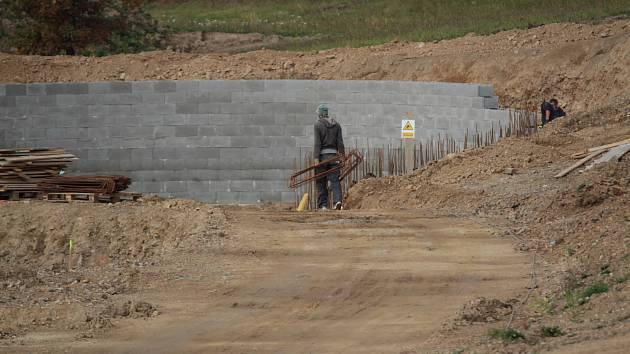 Stavba biokoupaliště ve Voticích v říjnu 2019.