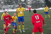 Jan Žák (ve výskoku) vsítil gól při své rozlučce s domácím prostředím v Benešově, přesto to na výhru s Převýšovem nestačilo.