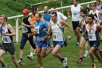 Martin Korous, votický běžec (č. 57), skončil v hlavní kategorii na šestém místě.