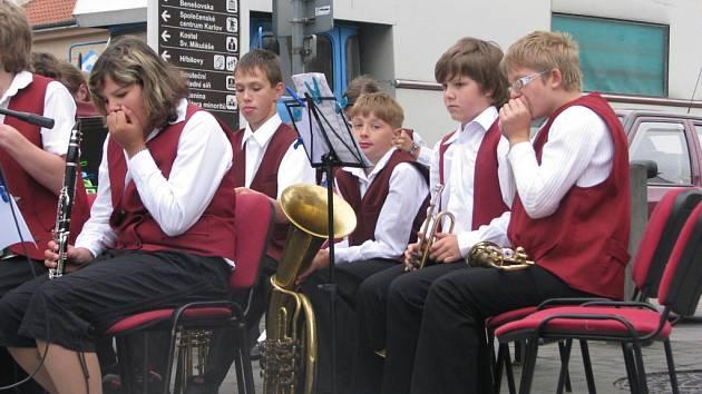 Setkání mladých hudebníků na benešovském náměstí kazilo počasí