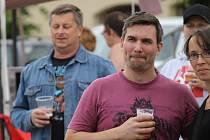 Kdo nedržel sklenici, kelímek, láhev, petku nebo plechovku s pivem, byl podezřelý.