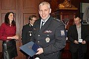Krajský radní pro bezpečnost a zdravotnictví Robert Bezděk ocenil policisty.