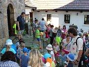 Vernisáží začala výstava dětských prací žáků MŠ Týnec a Chrást na téma Jak třídíme odpad.