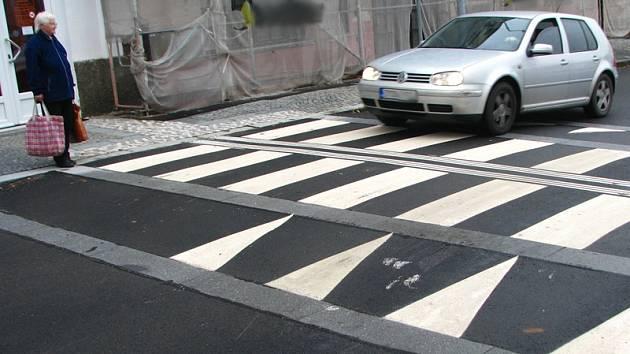 Ve votické Pražské ulici jsou čtyři zvýšené přechody. Nájezdová hrana u železářství je plná rýpanců. Jeden řidič si přes přechod údajně i skočil a prorazil olejovou vanu.