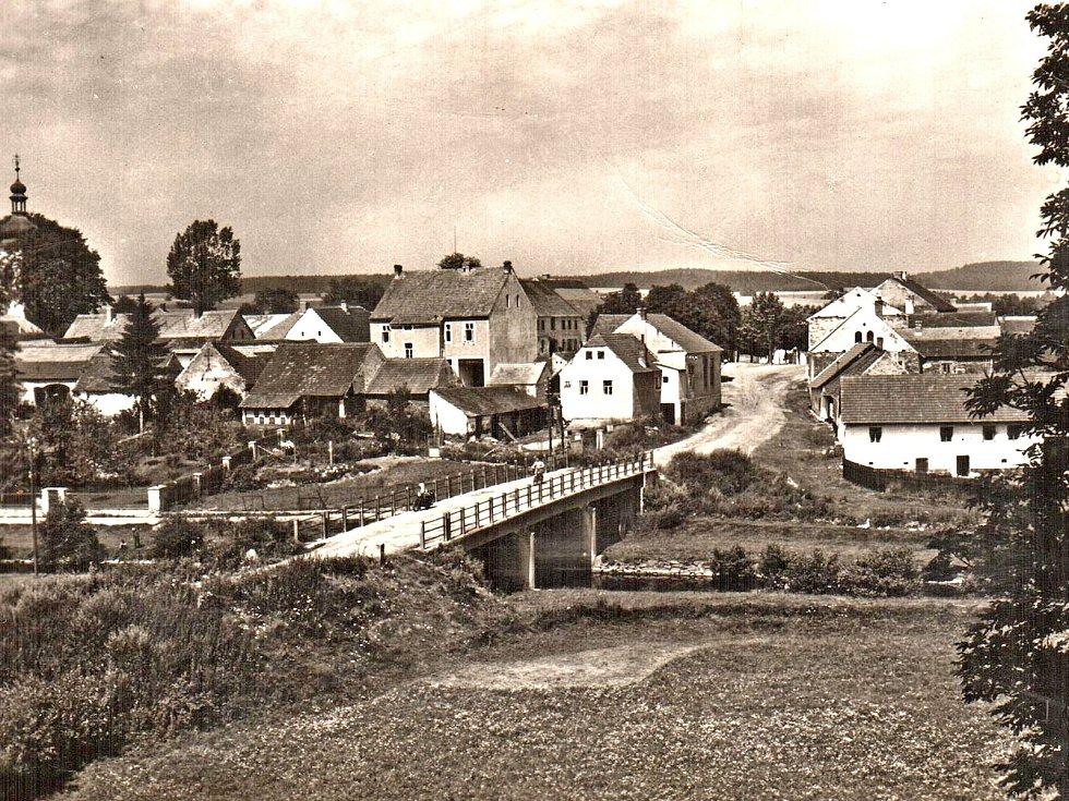 Tam, kde je řeka, bývá také most spojující dva břehy. Po mostě v Kamberku se dá dojet i do Hrajovic.