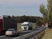 Nebezpečná křižovatka U Topolu na jihu Benešova leží na mezinárodní silnici E55..