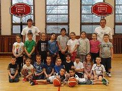 Už nejen v Benešově se hraje basketbal, ale už se rozjel i ve Vlašimi, kde se o malý potěr stará Jiří Mazur (vpravo nahoře), který vede i druholigové ženy BC Benešov.