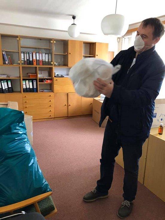Z distribuce ochranných pomůcek, které dorazily z Číny.