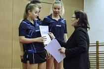 Družstvo dívek Gymnázia Vlašim (Barbora Polívková, Anna Matějovská a Karolína Lajdová) a ředitelka školy, Věra Chroustová.