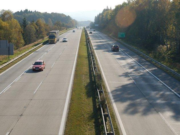Dálnice D1 prochází velkou částí Benešovska. Správní území Ostředka protíná v délce téměř devíti kilometrů.