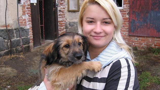 Veronika Trachtová pomáhala v neděli Janě Štěpánkové s péčí o pejsky.