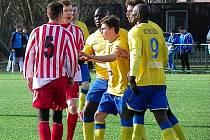 V zápase týmů hrajících Českou fotbalovou ligu to pořádně na hřišti vřelo, i z důvodu, že rozhodčí duel nezvládal.