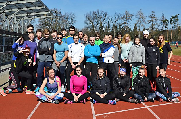 Atletická výprava Spartaku Vlašim na soustředění v nově zrekonstruovaném atletickém areálu v Kolíně.