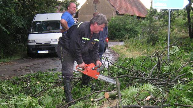 Starosta SDH Pecerady Roman Hudrlík při prořezávání padlých stromů.