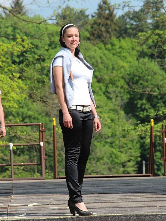 Druhá Vicemiss hasička Středočeského kraje 2015 Tereza Lhotková – generálka na pódiu amfiteátru v konopišťském parku v neděli 17. května.