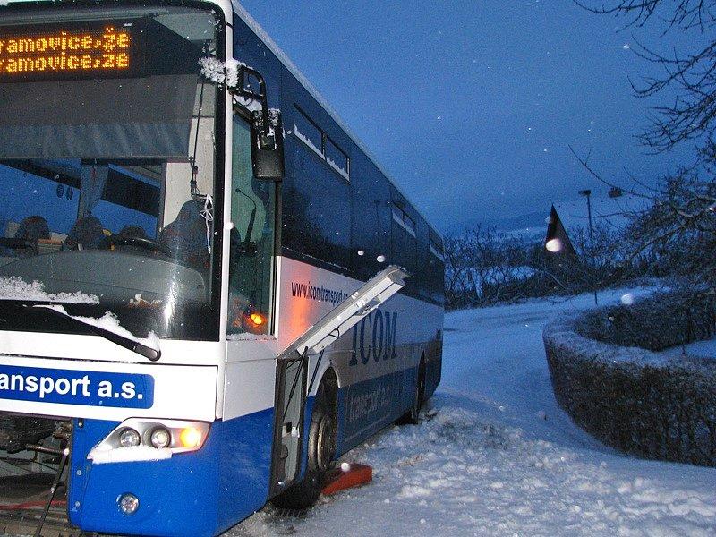 Ledovka poslala v Olbramovicích autobus v zatáčce k příkopu.