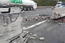 Dopravní nehoda na dálnici D1 u Mirošovic: kamion prorazil betonová středová svodidla.