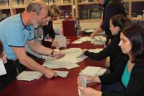 Otevření uren a zahájení sčítání hlasů v benešovském Turistickém a informačním centru.