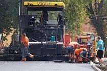 Firma v těchto dnech finišuje na pokládce nového asfaltového koberce na silnici v Domašíně.