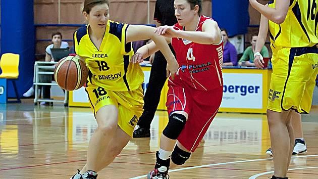 Benešovská Iveta Bryndová (ve žlutém) útočí přes nejlepší pardubickou hráčku Kateřinu Kozumplíkovou.