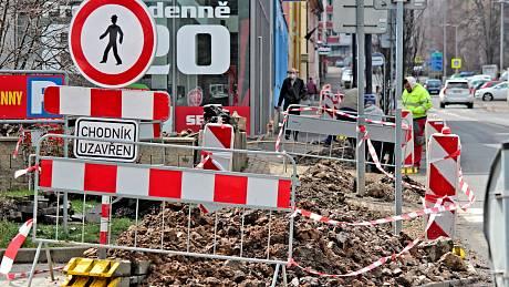 Dělníci pokládají optické kabely do výkopů v Čechově ulici v Benešově.