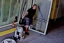 Muži by mohli přispět k objasnění krádeže.