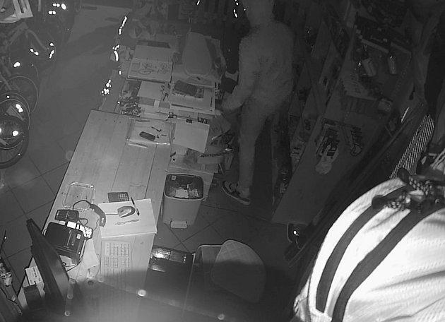 Zloděje, který kradl v prodejně s jízdními koly, zachytila kamera.