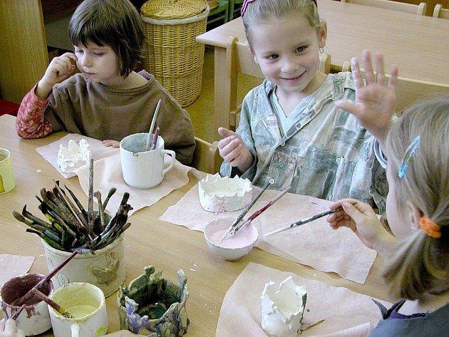 V mateřské škole v Týnci mají děti také kroužek keramiky.