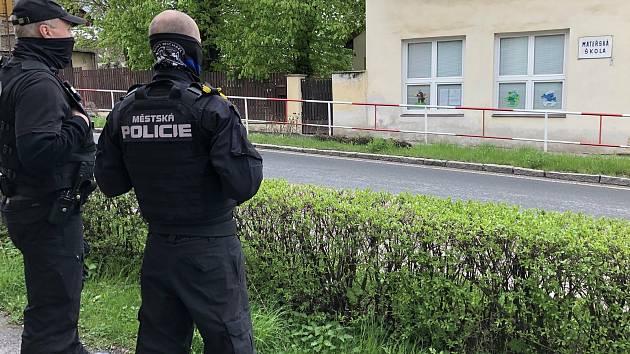Policie hlídkuje u mateřské školy.