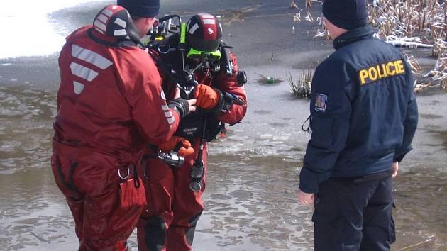 Policejní potápěči trénovali v miličínském lomu pátrání