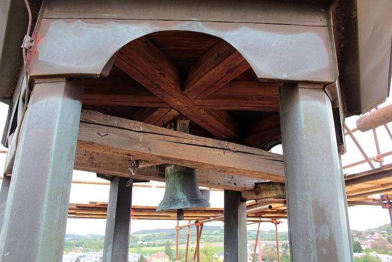 Oprava věže kostela Všech svatých potrvá do konce října.