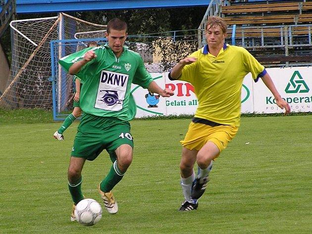 Jan Žák. Pravý záložník SK Benešov (vpravo) nastřílel v podzimní části sezony krajského přeboru úctyhodných jedenáct branek a pomohl tak mužstvu ke druhé příčce