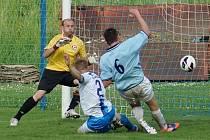 Votický brankář Michal Soukup sleduje jak Luděk Bareš nezabránil slánskému Mike Stiborovi vstřelit první gól zápasu.