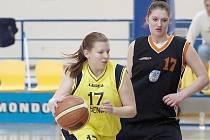 Klára Mašková, benešovská hráčka (u míče), vstřelila Nymburku šest bodů a Brandýsu sedm.
