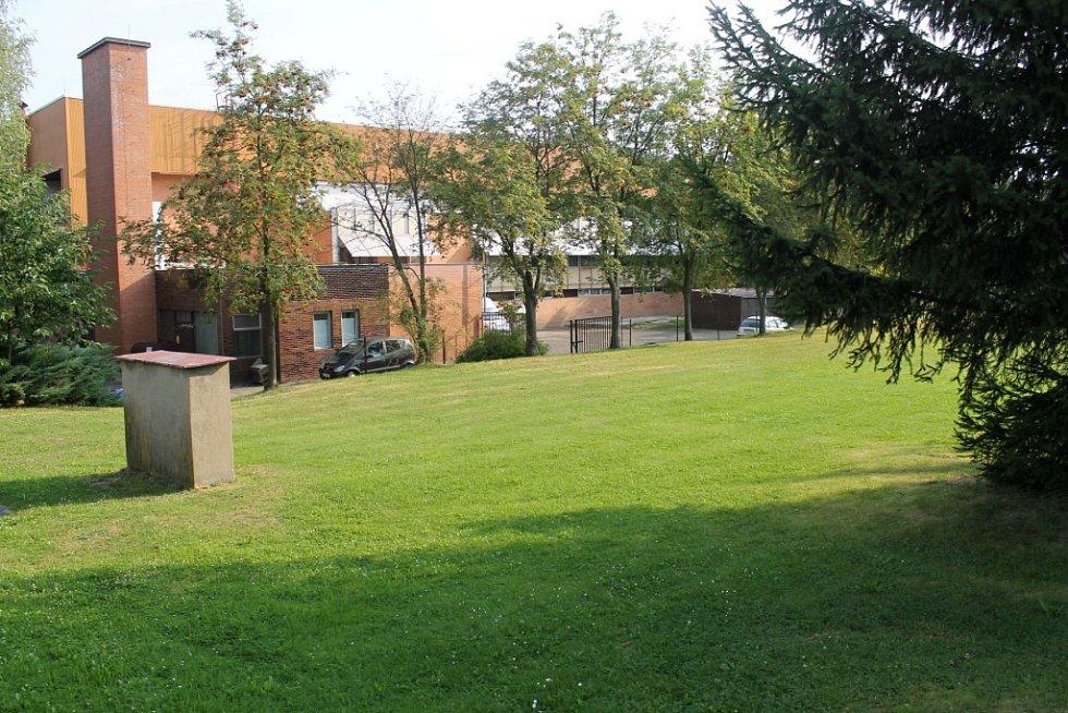 Atletický areál vznikne do roku 2018 u benešovského zimního stadionu. Tenisové kurty přesune MSZ právě sem, mezi bazén a zimní stadion.