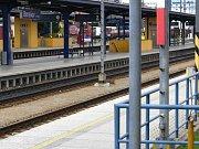 Anonym ohlásil bombu. Cestující museli opustit vlaky i nádraží. Rychlík z Prahy do Českých Budějovic byl odstavený na měnírně.