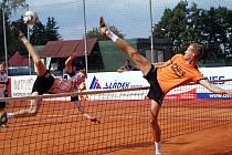 V obou soubojích prvních smečařů českobudějovického Chalupy (vlevo) a benešovského Doubravy odešla s výhrou domácí opora. Na konci utkání se však mohl radovat jihočeský hráč.