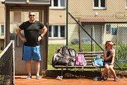 Děti je potřeba hlavně v nižším věku nepřetěžovat, aby je sport nepřestal třeba v patnácti letech bavit. Aby se jím nepřehltili, aby nebyli tenisem otrávené.