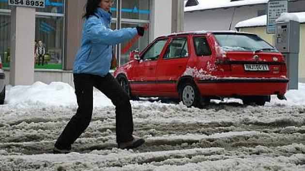 Sníh znesnadňuje pohyb maminkám s kočárky a vozíčkářům.