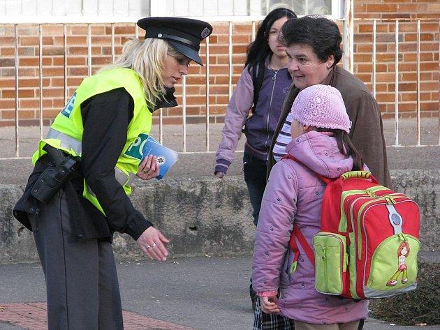 Policistky u přechodu pro chodce připomínaly dětem zásady bezpečného přecházení.