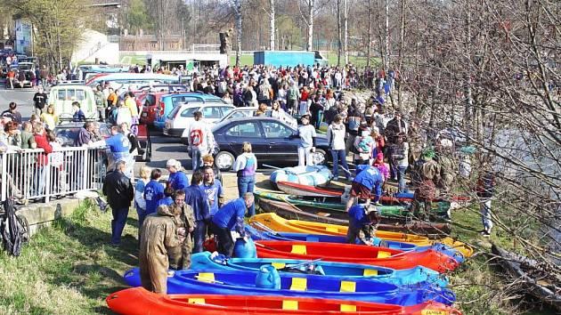 Na startu u mostu bude v neděli živo. Zájemci o zapůjčení kanoe si je mohou včas zarezervovat u pořadatele na www.zelezny.cz