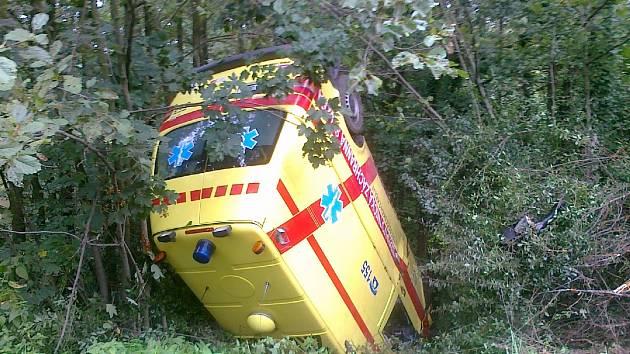 Řidič sanitky utrpěl zhmoždění žeber a kotníku, sestřička zlomeninu ruku. Oba zranění záchranáři byli převezeni k dalšímu vyšetření do příbramské nemocnice.