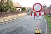 Rekonstrukce silnice II/112 v Domašíně a její uzavírka mají trvat do srpna. Archivní foto.