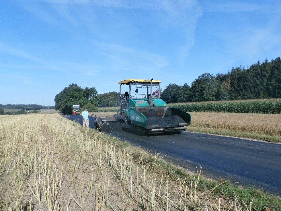 Další opravenou silnicí, pod záštitou obce, byla cesta do Pozova.