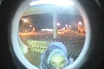 Podezřelá žena. Vyfocena byla u bankomatu při vybírání peněz z cizí karty.