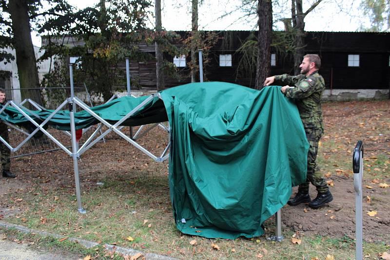 Z přípravy volebního drive-in stanoviště v areálu Táborských kasáren v Benešově.
