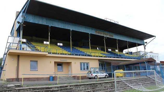 Hlavní tribuna na fotbalovém stadionu v Benešově.
